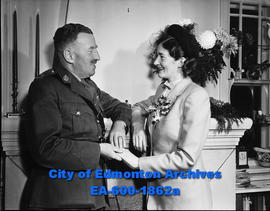 Barbara M. English becomes bride of Maj. Gerlad E. Shragge; honeymooning in Vancouver, BC.