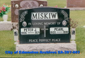 Gravestone for Peter and Pearl Miskiw.